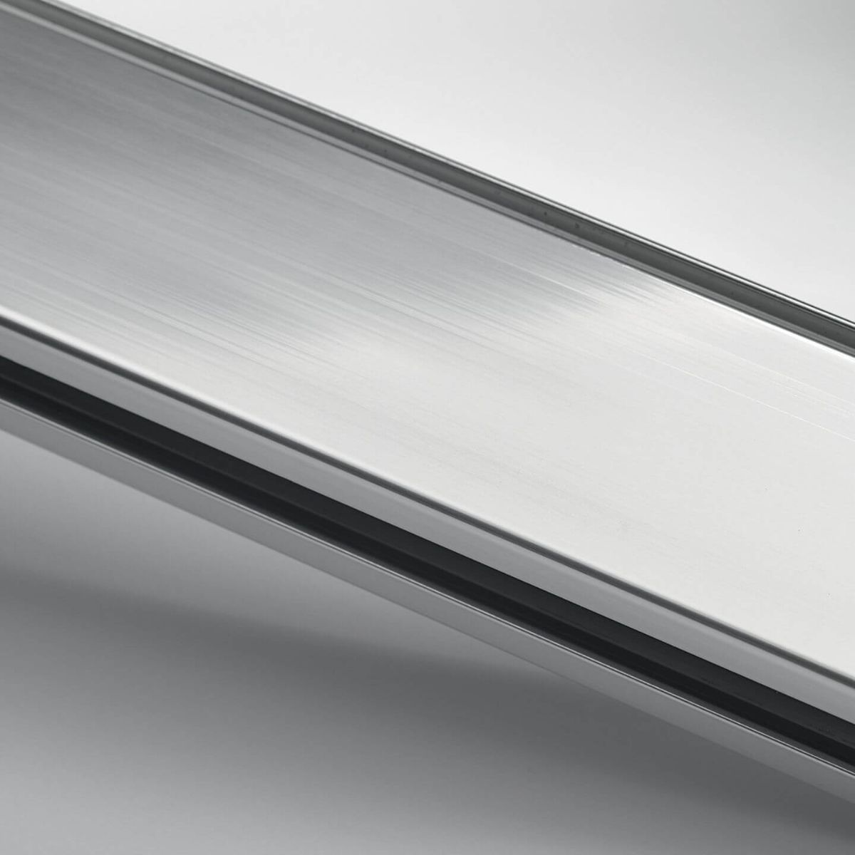 Polished anodized aluminium finish for glass walls
