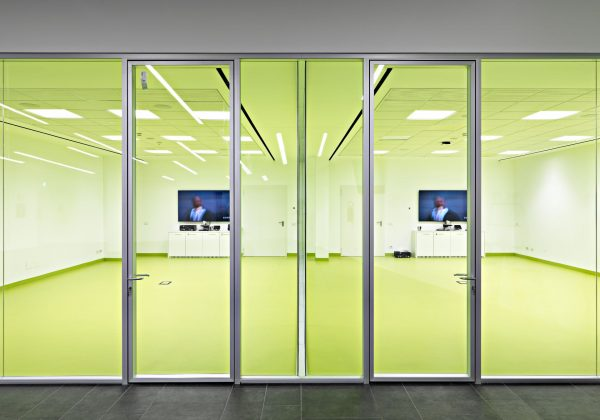Abmedica glass and wood office furniture wall - Evolvinwall